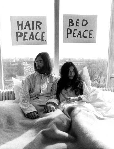 John Lennon e Yoko Ono pedem paz na suíte presidencial do Hotel Hilton na Holanda, em março de 1969