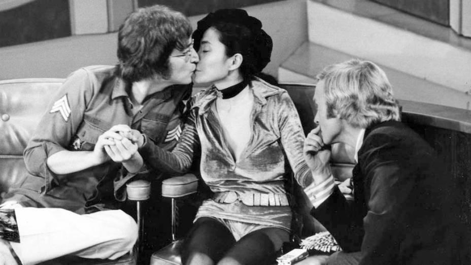 John Lennon e Yoko Ono são entrevistados por Dick Cavett, em setembro de 1971