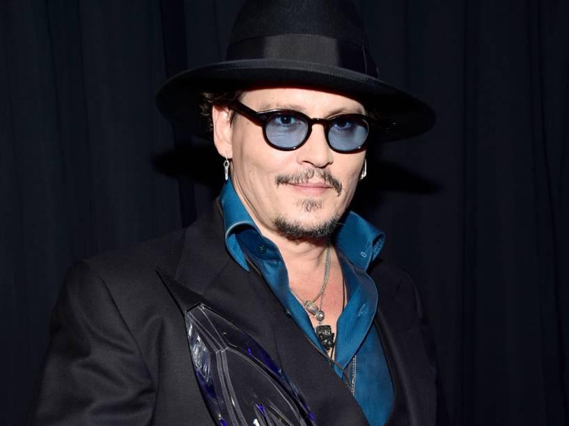 Johnny Depp leva prêmio de ator em filme dramático no People's Choice Awards 2016