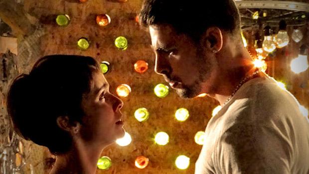 Jorginho (Cauã Reymond) pede Nina (Débora Falabella) em namoro depois de fazer amor no lixão