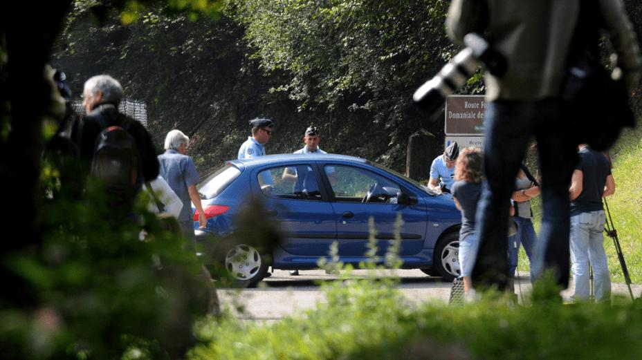 Jornalistas e policiais na área onde ocorreu o massacre, nas imediações do Lago Annecy, nos Alpes franceses