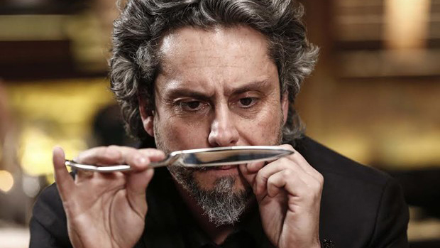 José Alfredo (Alexandre Nero) ameaça Maurílio (Carmo Dalla Vecchia) com uma faca