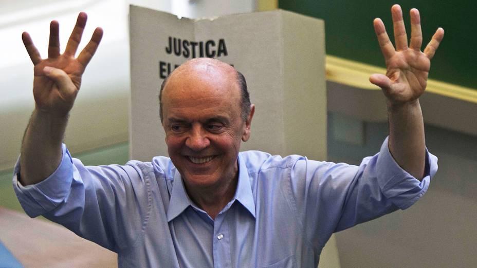 O candidato à prefeitura de São Paulo pelo PSDB, José Serra vota no Colégio Santa Cruz, zona oeste de São Paulo (SP), na manhã deste domingo (28)