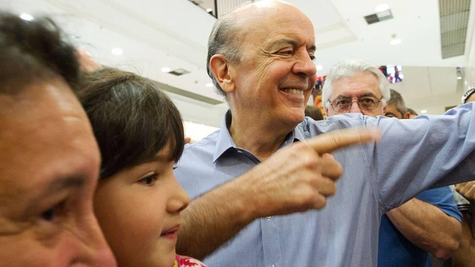 O candidato do PSDB à Prefeitura de São Paulo, José Serra durante passeio em Shopping, em 06/10/2012