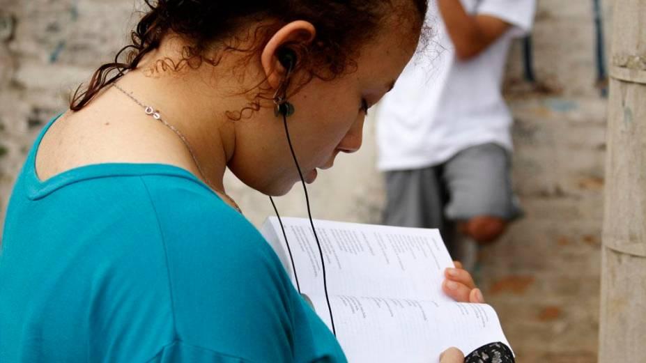Jovem ouve música para relaxar antes da realização das provas deste domingo do Enem 2013