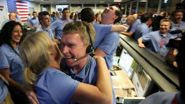 <p>Engenheiros da Nasa comemoram na sala de controle o pouso perfeito do Curiosity, o maior veículo já lançado a outro planeta. A missão vai procurar por sinais de vida em Marte</p>