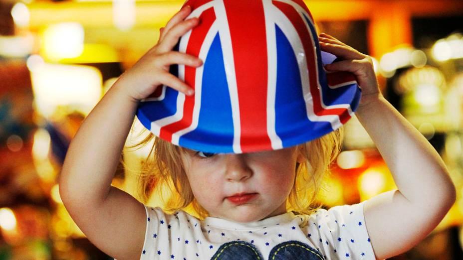 Scarlett Rose, de apenas 2 anos ajeita chapéu com a bandeira do Reino Unido antes da festa do Jubileu da rainha Elizabeth II em Sunbury-on-Thames, sudoeste de Londres