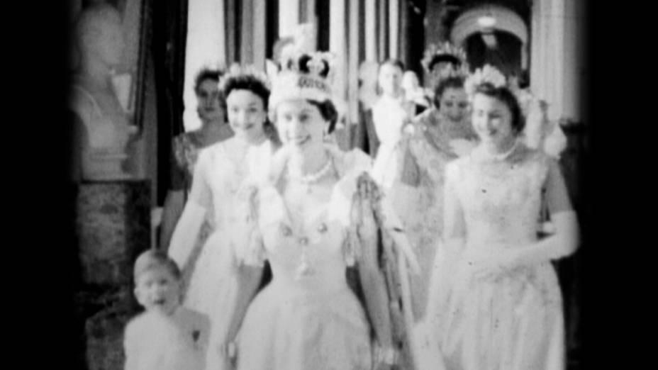 A rainha Elizabeth caminha com o príncipe Charles através do Corredor principal no Dia da Coroação no Palácio de Buckingham, Londres, em 2 de junho de 1953