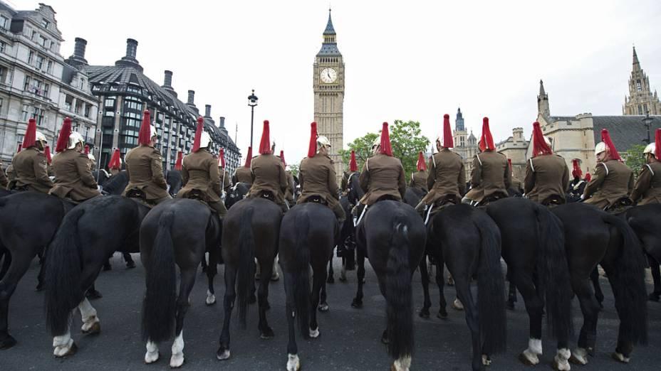 Soldados montados participam de ensaio antes da festa do fim de semana que irá celebrar o jubileu de diamante da rainha Elizabeth II