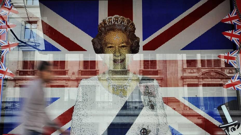 """Janela da loja de brinquedos """"Hamley"""" em Regent Street, Londres. Para marcar o jubileu, foi montada com peças de Lego, uma bandeira com a imagem da rainha Elizabeth II"""