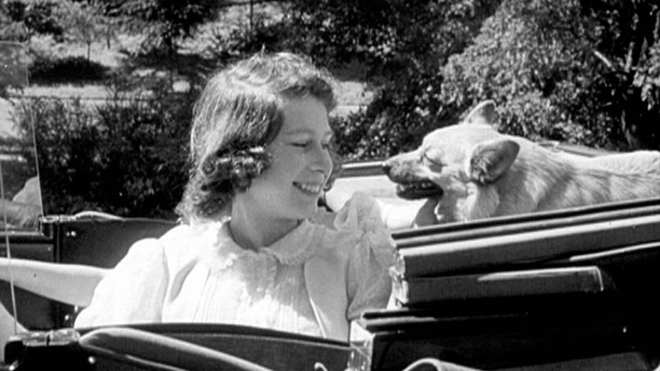 A rainha Elizabeth II, então princesa Elizabeth durante uma viagem de carro com seus pais e irmã em torno das terras do Castelo de Windsor em 1941