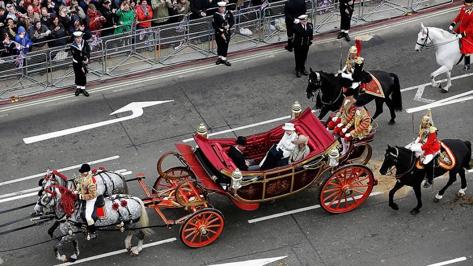 A rainha Elizabeth II desfila em carruagem pelas ruas de Londres, no último dia de comemoração de seu jubileu