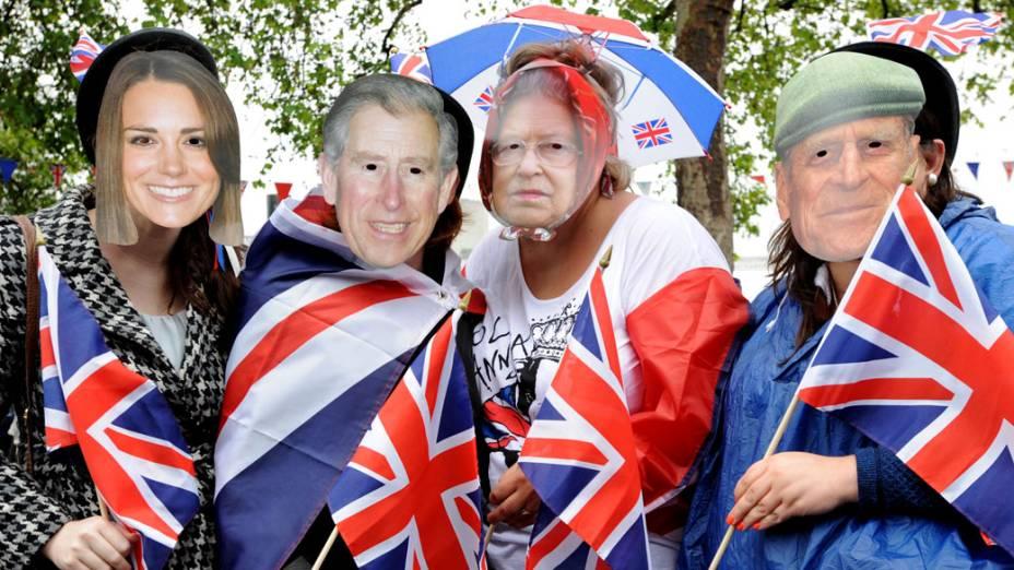 Ingleses usam máscaras com imagem dos membros da Família Real