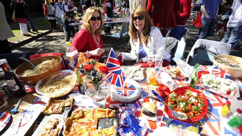 Praça de alimentação montada na rua, durante as comemorações do jublieu da Rainha Elizabeth II