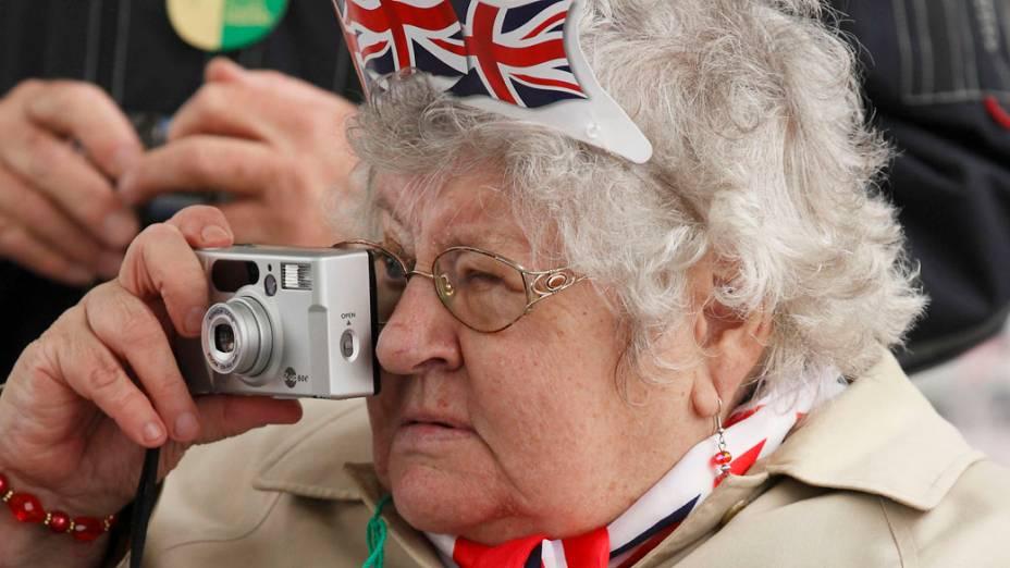 Mulher tira fotografias durante o jubileu da Rainha Elizabeth II, em Londres