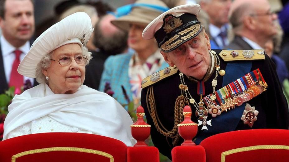 Rainha Elizabeth II e o marido, príncipe Philip, no desfile de barcos