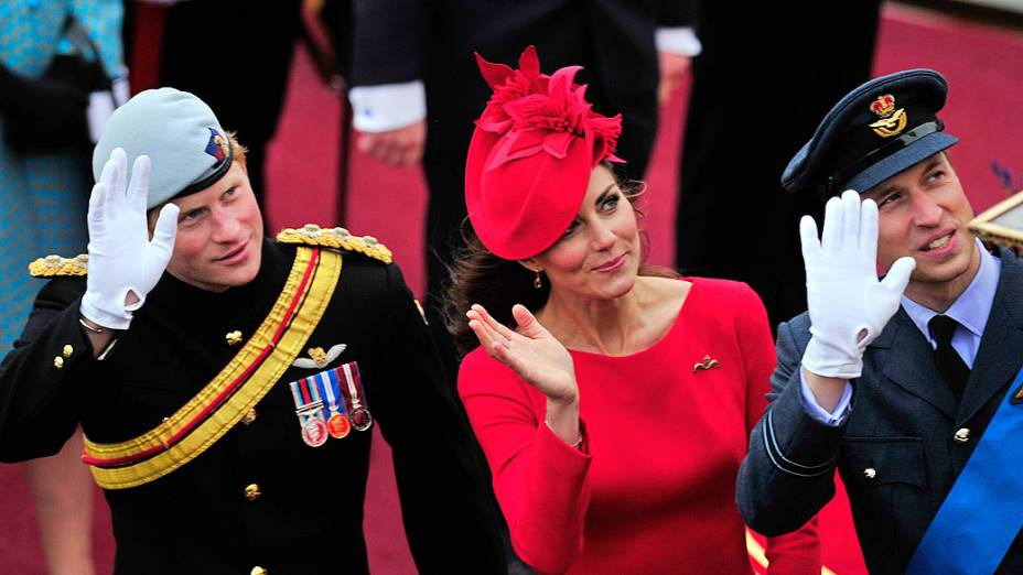 A duquesa de Cambridge, Catherine Middleton, entre os príncipes Harry e William