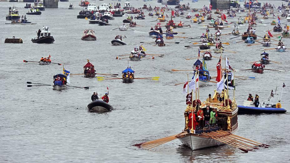 Desfile de barcos pelo rio Tamisa, durante o jubileu de diamante da Rainha Elizabeth, em Londres