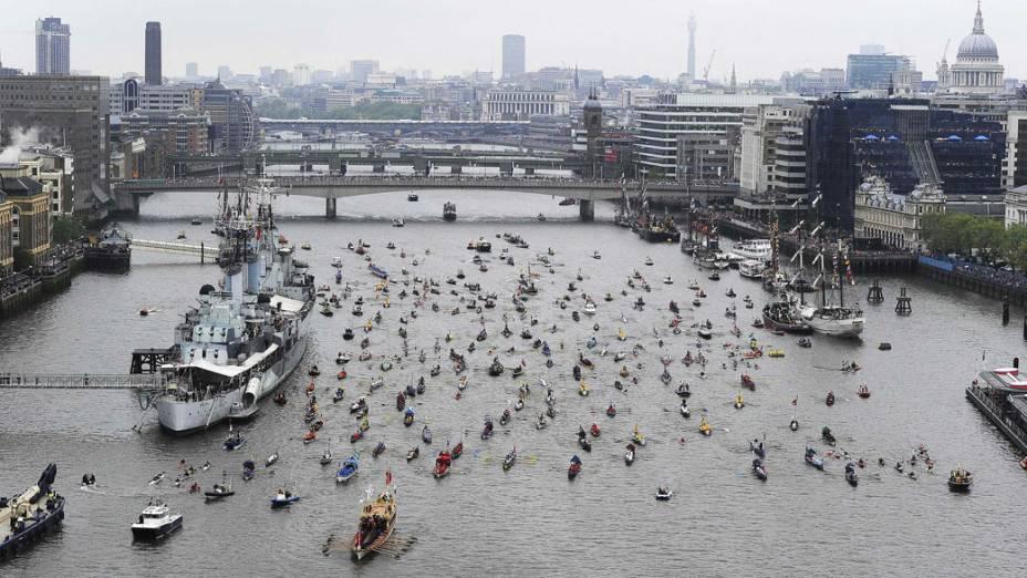 Desfile de barcos pelo rio Tamisa, em Londres