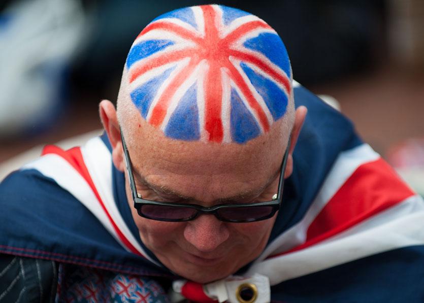 Homem com a bandeira do Reino Unido pintada na cabeça