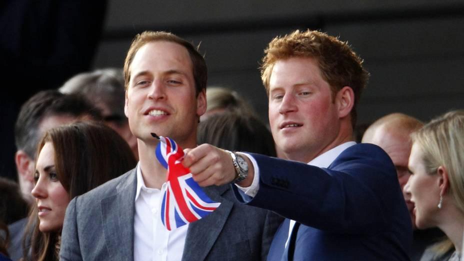 Os príncipes William e Harry durante show no Palácio de Buckingham