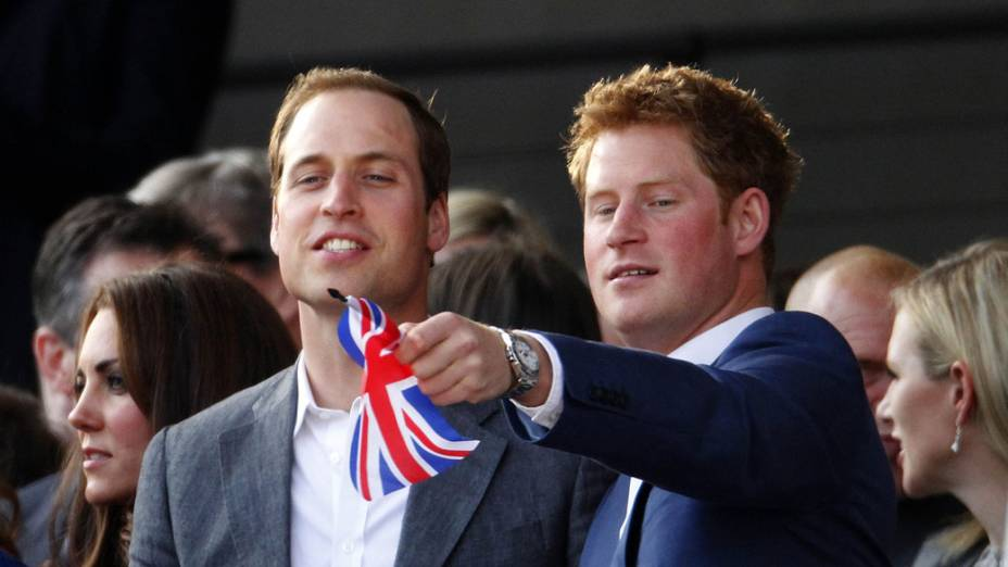 Os príncipes William e Harry durante show no Palácio de Buckingham
