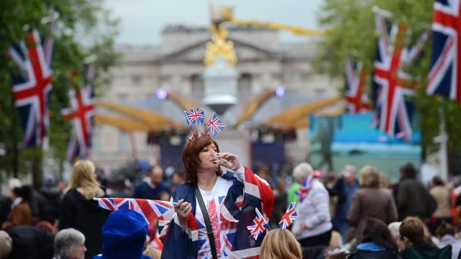 Ingleses comemoram o jubileu da Rainha Elizabeth II, nas proximidades do Palácio de Buckingham