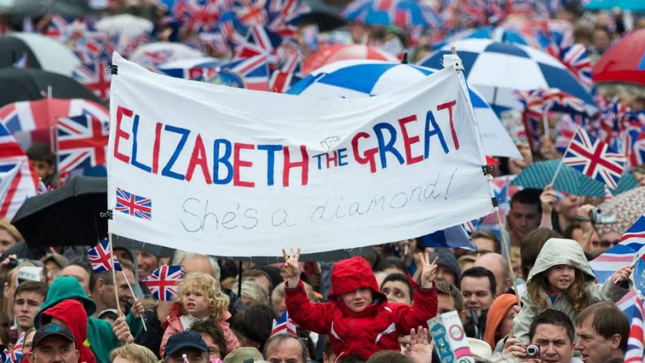 """Público segura faixa """"Elizabeth a grande, ela é um diamante"""
