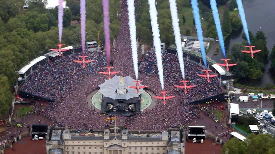Aviões durante apresentação no jubileu de diamante da Rainha Elizabeth II