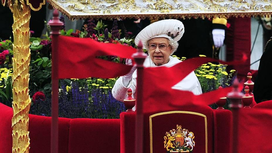Elizabeth II acena para o público durante as festividades pelo jubileu de diamantes