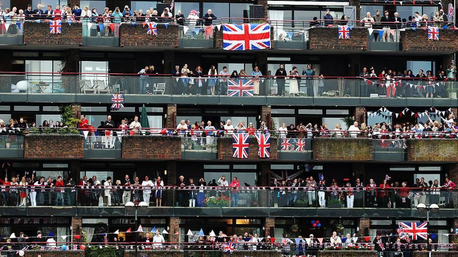 Ingleses aguardam o começo do segundo dia das celebrações do Jubileu de Diamante da rainha Elizabeth 2ª
