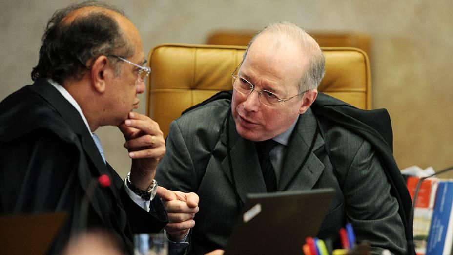 Ministros conversam no plenário do STF, durante julgamento do mensalão, em 07/08/2012