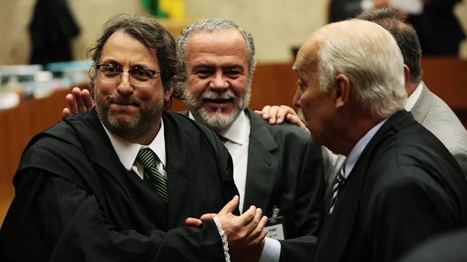 Advogados se cumprimentam durante intervalo da sessão de julgamento do mensalão, em 07/08/2012