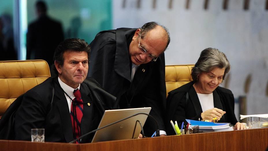 Ministros conversam ao retomar sessão de julgamento do mensalão após intervalo, em 07/08/2012