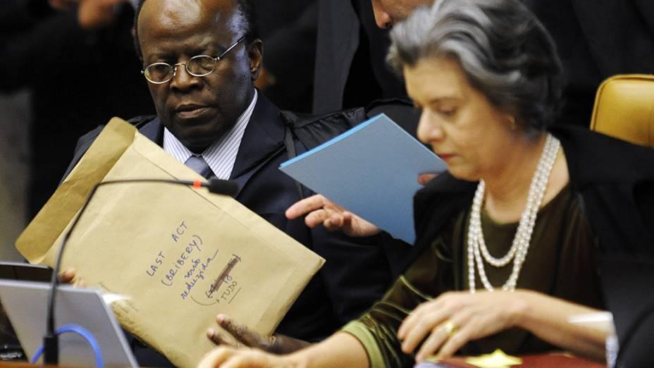 O relator do processo, Joaquim Barbosa e a ministra Cármen Lúcia durante o julgamento do mensalão