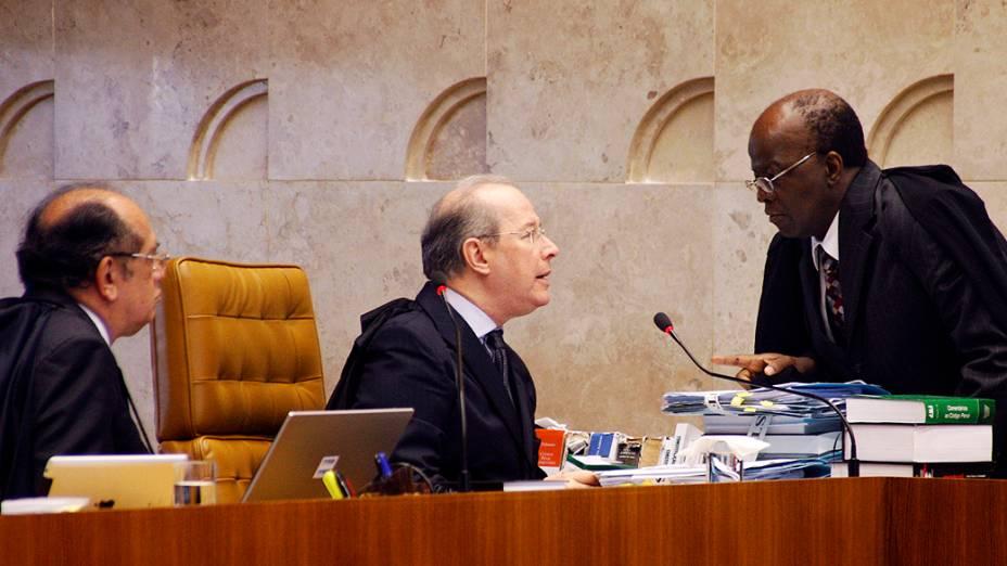 O presidente do STF, Joaquim Barbosa, conversa com ministros durante julgamento do mensalão, em 06/12/2012