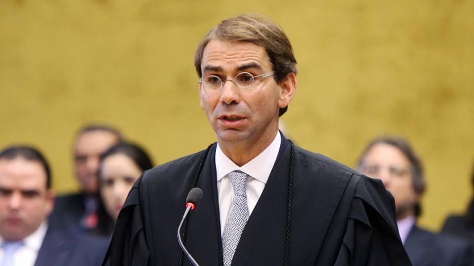 O advogado José Luis de Oliveira Lima, defensor do ex-ministro-chefe da Casa Civil José Dirceu, no plenário do STF, durante julgamento do mensalão, em 06/08/2012
