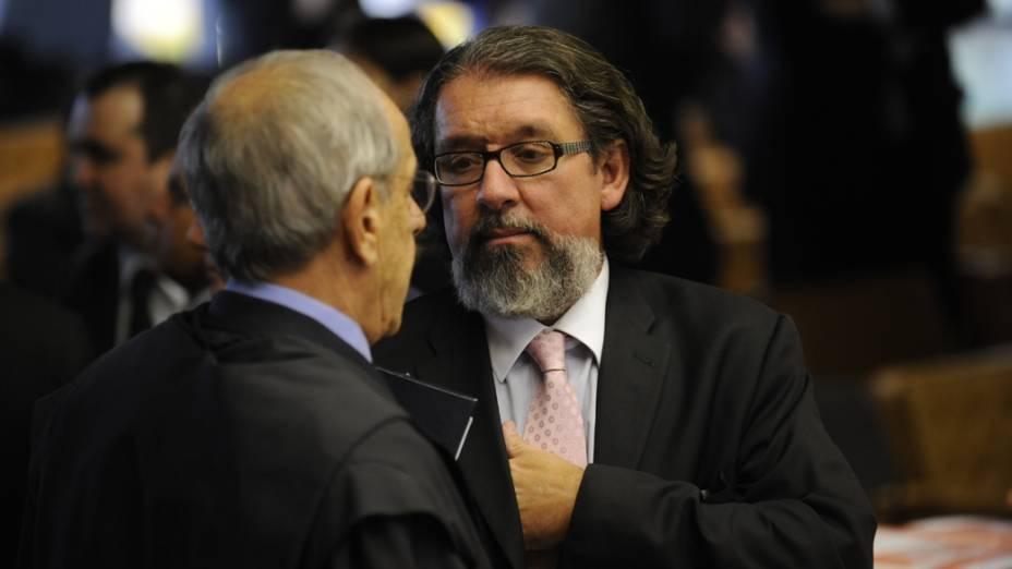 Os advogados, Márcio Thomaz Bastos e Antonio Carlos de Almeida Castro, conversam antes do início, no Supremo Tribunal Federal, do julgamento da Ação Penal 470, mais conhecida como processo do mensalão