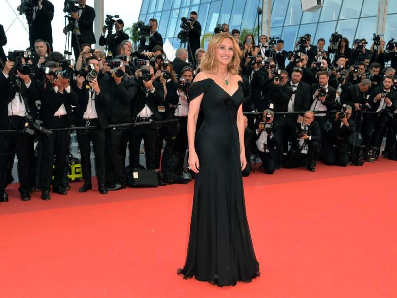 Julia Roberts escolheu um belo Giorgio Armani Privé preto para a première de Jogo do Dinheiro, nesta quinta-feira (12)