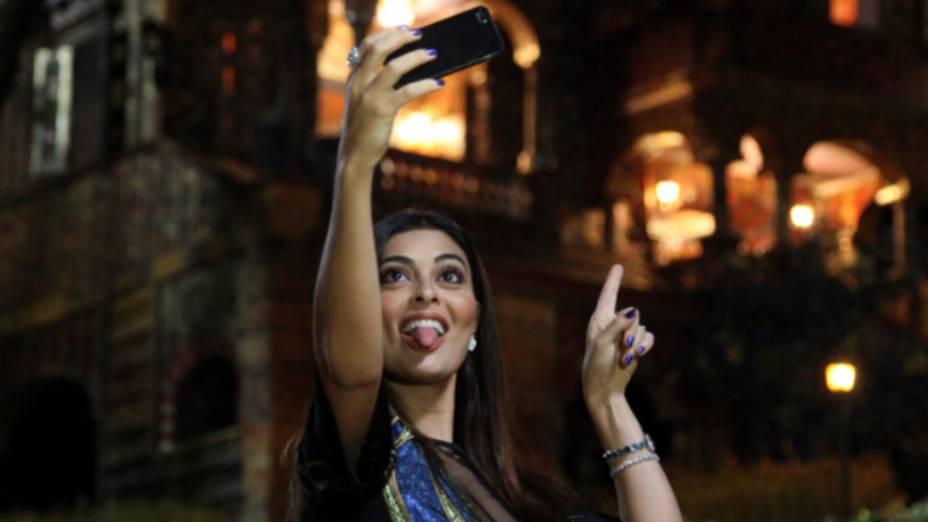 Juliana Paes faz selfie no cenário de Meu Pedacinho de Chão