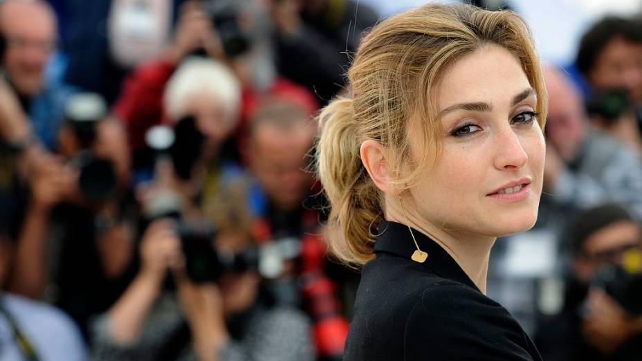 A atriz Julie Gayet posa para fotografias em sua chegada ao Festival de Cannes de 2009