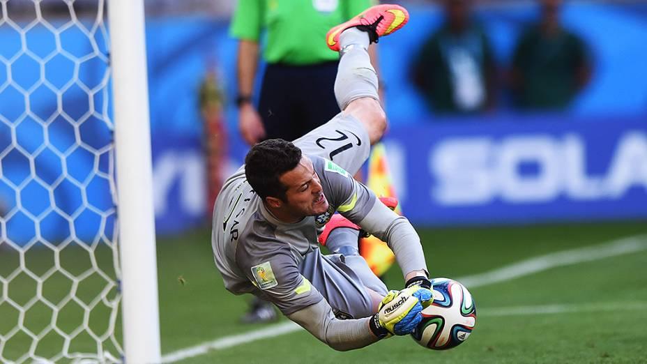 Júlio Cesar defende pênalti na partida contra o Chile