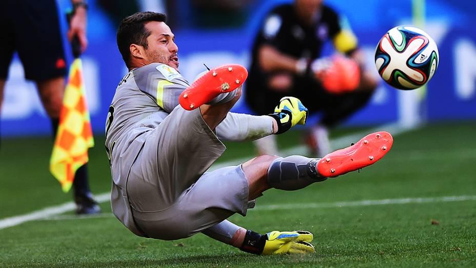 Júlio César defende a bola durante as penalidades máximas contra o Chile