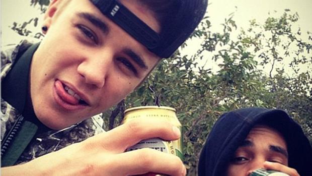 <p>Justin Bieber bebe cerveja com amigo na África do Sul</p>