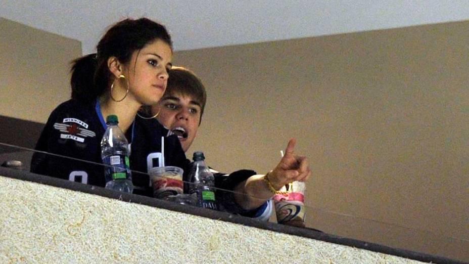 Justin Bieber e Selena Gomez assistem partida de hóquei no gelo, no Canadá