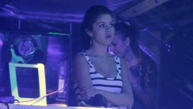 Selena Gomez assiste ao show de Justin Bieber no Engenhão