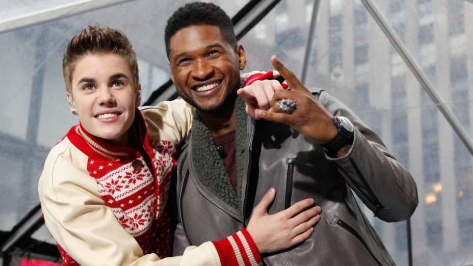 <p>Os cantores Justin Bieber e Usher após apresentação em Nova York, em 23/11/2011</p>