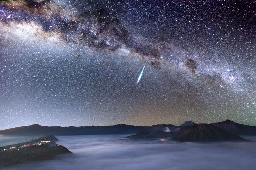 <p>Um meteoro cruza o céu estrelado sobre o Monte Bromo, um vulcão na Indonésia, um dia antes do ápice da chuva de meteoros Eta  Aquarídeos, causada pelos fragmentos deixados pelo cometa Halley</p>