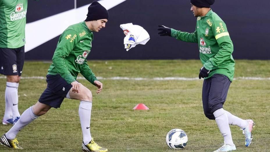 Kaká e Neymar no treino da seleção brasileira em Genebra, na Suíça, antes do jogo contra a Itália
