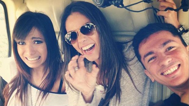 Anitta com a empresária Kamilla Fialho e o irmão, Renan